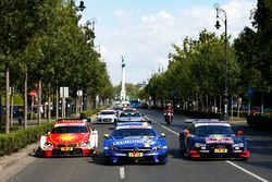 Les voitures avec Augusto Farfus, BMW Team MTEK, BMW M4 DTM, Paul Di Resta, Mercedes-AMG Team HWA, Mercedes-AMG C63 DTM et Jamie Green, Audi Sport Team Rosberg, Audi RS 5 DTM, dans la ville de Budapest
