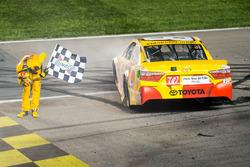 Le vainqueur Kyle Busch, Joe Gibbs Racing Toyota