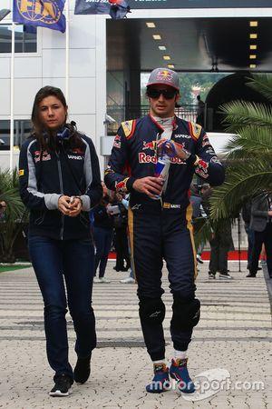 Carlos Sainz Jr., Scuderia Toro Rosso avec Tabatha Valles, attachée de presse Scuderia Toro Rosso