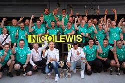 Winner Nico Rosberg, Mercedes AMG F1 Team and second place Lewis Hamilton, Mercedes AMG F1 Team celebrate with the team