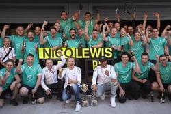 Le vainqueur Nico Rosberg, Mercedes AMG F1 Team, le deuxième, Lewis Hamilton, Mercedes AMG F1 Team fêtent le doublé avec l'équipe