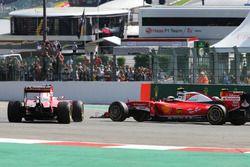 Sebastian Vettel, Ferrari SF16-H gira junto con su compañero de equipo Kimi Raikkonen, Ferrari SF16