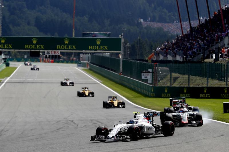 Valtteri Bottas, Williams FW38 Mercedes, ve Romain Grosjean, Haas VF-16 Ferrari