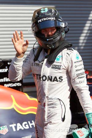 Nico Rosberg, Mercedes AMG F1 W07 Hybrid celebra su pole position