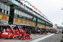 Sebastian Vettel, Ferrari SF16-H, in der Box