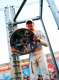 Le vainqueur Nico Rosberg, Mercedes AMG F1 fête sa victoire avec les fans