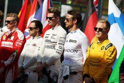 Nico Hulkenberg, Sahara Force India F1 et Jenson Button, McLaren alors que la grille écoute l'hymne national