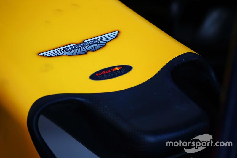Logo de Aston Martin en el Red Bull RB12