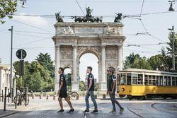Daniel Ricciardo, Carlos Sainz Jr. and Daniil Kvyat are crossing the street in front of Arco della Pace