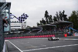 #2 Porsche Team Porsche 919 Hybrid: Romain Dumas, Neel Jani, Marc Lieb se lleva la bandera a cuadros