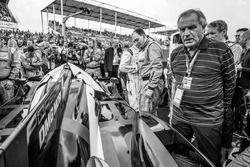 Dibujante Técnico de Motorsport.com Giorgio Piola con el ganador del lapole #2 Porsche Team Porsche