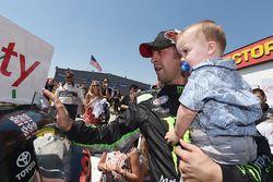 Yarış galibi Sam Hornish Jr., Joe Gibbs Racing Toyota ve oğlu Sam Hornish III