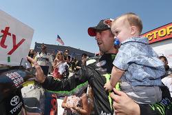 Sieger Sam Hornish Jr., Joe Gibbs Racing, Toyota, mit Sohnemann Sam Hornish III