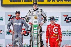 Podium: race winner Josef Newgarden, Ed Carpenter Racing Chevrolet, second place Will Power, Team Pe