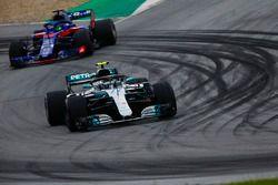 Valtteri Bottas, Mercedes AMG F1 W09, Brendon Hartley, Toro Rosso STR13