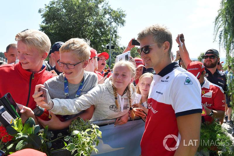 Marcus Ericsson, Sauber fait un selfie avec les fans