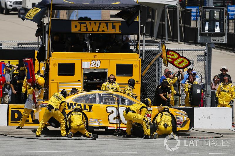 Erik Jones, Joe Gibbs Racing, Toyota Camry DeWalt, pit stop