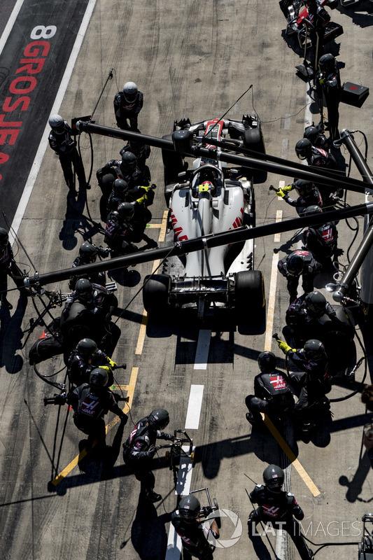 Kevin Magnussen, Haas F1 Team VF-18, repart après son arrêt au stand