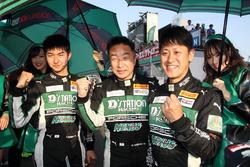 優勝した星野敏(中央)、荒聖治(右)、近藤翼(左)