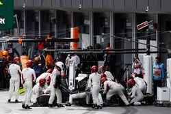 Charles Leclerc, Sauber C37 Ferrari, effettua un pit stop