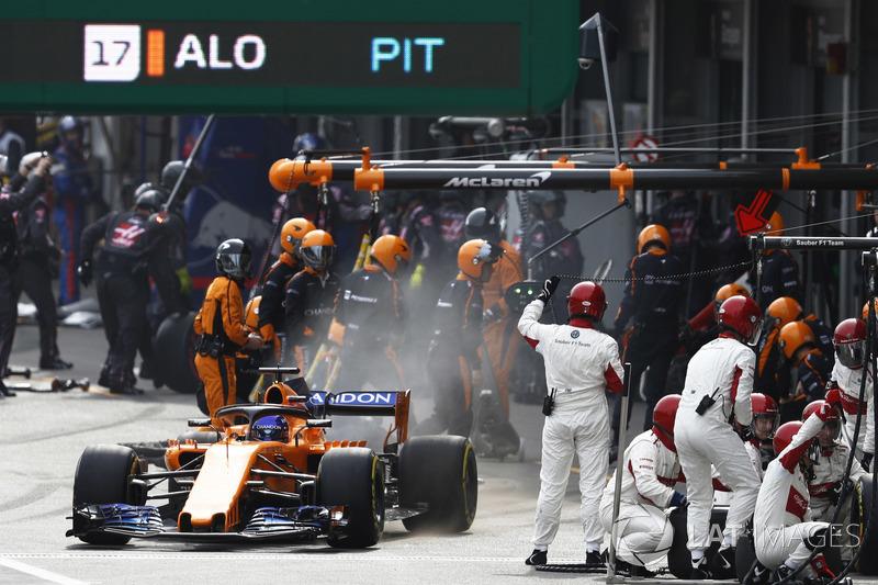 Fernando Alonso, McLaren MCL33 Renault, sale de pits
