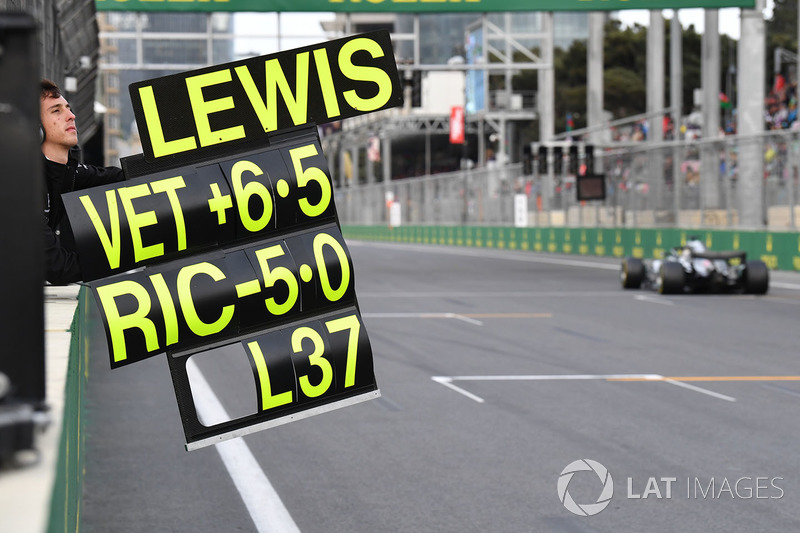 Pit board de Lewis Hamilton, Mercedes-AMG F1 W09 EQ Power