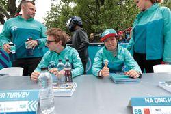 Oliver Turvey, NIO Formula E Team, Ma Qing Hua, NIO Formula E Team, signent des autographes