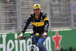 Carlos Sainz Jr., Renault Sport F1 Team op de fiets