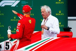 Sebastian Vettel, Ferrari, habla con Charlie Whiting, Director de Carrera, FIA