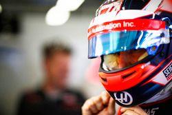 Romain Grosjean, Haas F1 Team, met son casque dans le garage