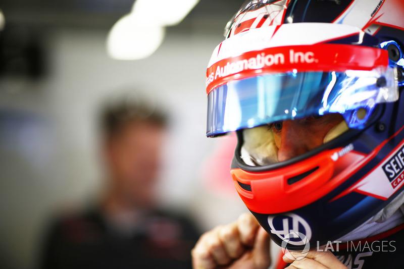 Romain Grosjean, Haas F1 Team, se pone su casco en el garaje