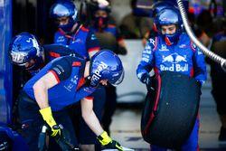 El equipo de boxes de Toro Rosso prepara algunos neumáticos