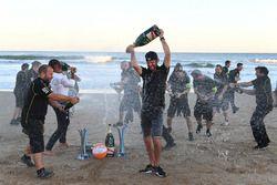 Jean-Eric Vergne, Techeetah, spruzza lo champagne sulla spiaggia
