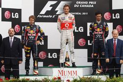 Podium: winnaar Jenson Button, McLaren, tweede Sebastian Vettel, Red Bull Racing, derde Mark Webber, Red Bull Racing