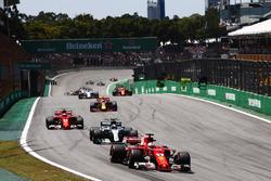 Старт гонки: Себастьян Феттель, Ferrari SF70H, Валттери Боттас, Mercedes AMG F1 W08, и Кими Райкконе