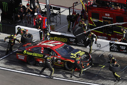 Erik Jones, Furniture Row Racing Toyota, pit stop