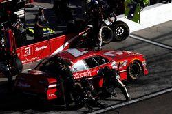 Elliott Sadler, JR Motorsports Chevrolet, pit stop
