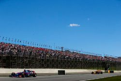 Brendon Hartley, Scuderia Toro Rosso STR12, Daniel Ricciardo, Red Bull Racing RB13