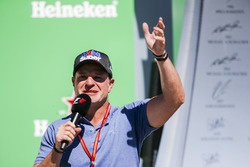 Rubens Barrichello interviews the drivers on the podium
