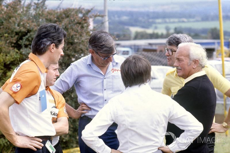 Los jefes de equipo discuten la huelga de los pilotos: Daniele Audetto, Alan Rees, Ken Tyrrell, Bernie Ecclestone, Peter Warr y Chapman