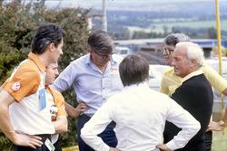 Propietarios y sponsors discuten la huelga de pilotos: Daniele Audetto, Alan Rees, Ken Tyrrell, Bern