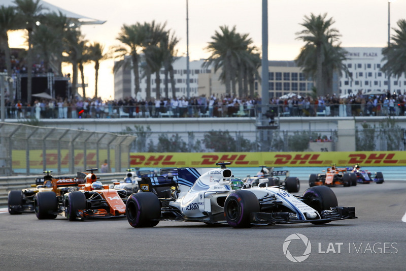 Felipe Massa, Williams FW40 precede Fernando Alonso, McLaren MCL32, Carlos Sainz Jr., Renault Sport F1 Team RS17 e Lance Stroll, Williams FW40