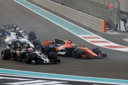 Stoffel Vandoorne, McLaren MCL32, battles with Kevin Magnussen, Haas F1 Team VF-17, at the start
