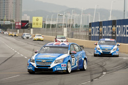 Rob Huff, Chevrolet Cruze leads Yvan Muller, Chevrolet Cruze at the start of the race