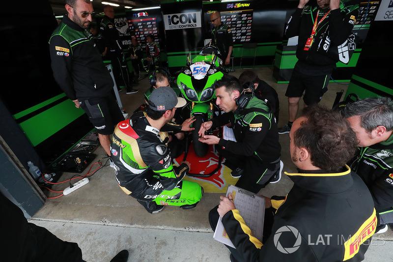 Kenan Sofuoglu, Kawasaki Puccetti Racing lastik değişikliği'ni inceliyor