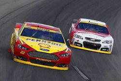Joey Logano, Team Penske Ford, Kevin Harvick, Stewart-Haas Racing Chevrolet