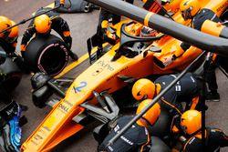 Stoffel Vandoorne, McLaren MCL33, maakt een pitstop