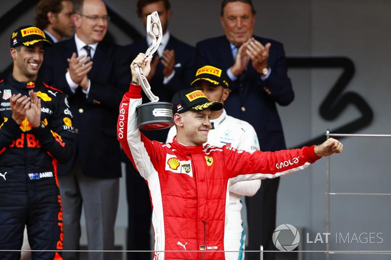 Podio: segundo lugar Sebastian Vettel, Ferrari, levanta su trofeo