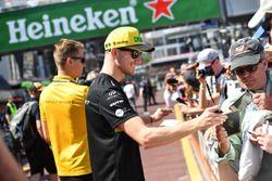 Nico Hulkenberg, Renault Sport F1 Team firma autógrafos para los fanáticos
