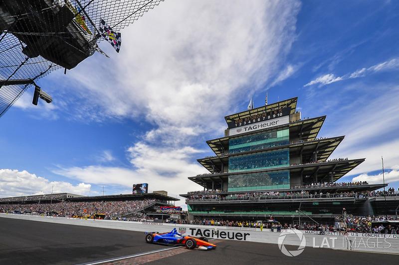 Scott Dixon, Chip Ganassi Racing Honda, taglia il traguardo sotto la bandiera a scacchi, in terza posizione
